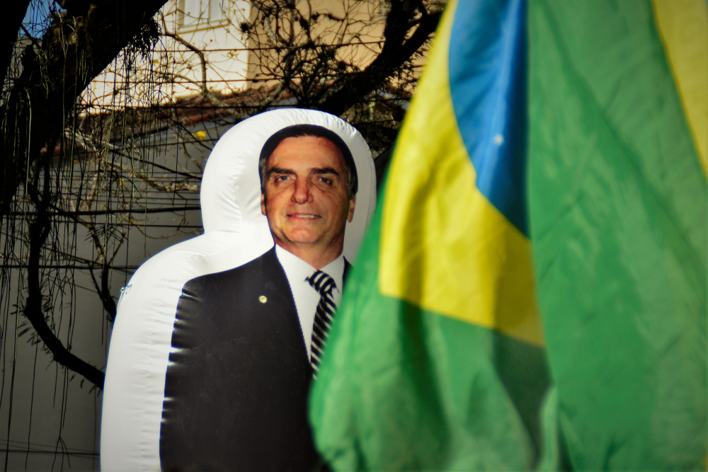 President Bolsonaro's approval ratings inflatable doll behind the flag at the Toffoli Impeachment demonstration