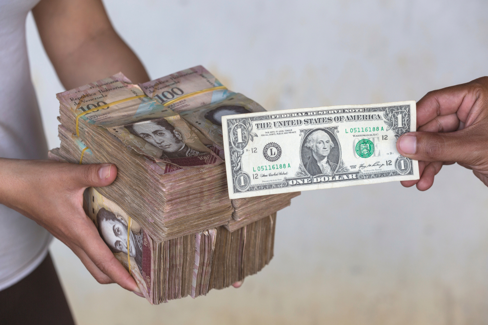 Due to the economic crisis and hyperinflation in Venezuela, the unofficial dollar exchange rate reaches VEF 250,000 for USD 1. Photo: Sunsinger/Shutterstock