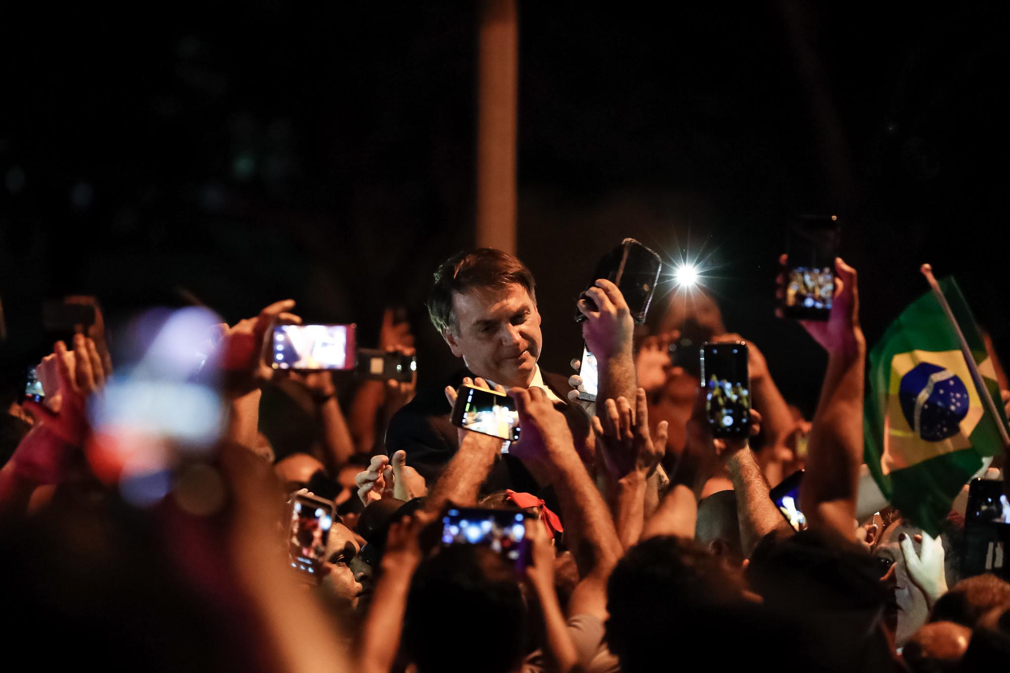 President Bolsonaro meets supporters. Photo: Alan Santos/PR