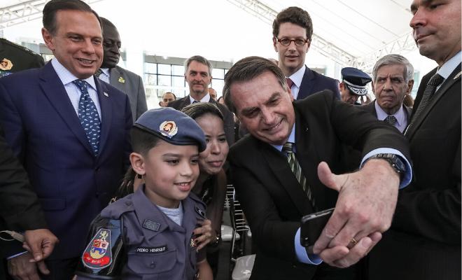 O presidente Bolsonaro realizou várias operações fotográficas da polícia militar desde que assumiu o cargo. Foto: Marcos Corrêa / PR