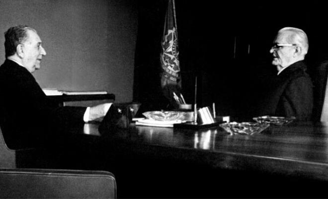 Emilio Garrastazu Médici (esquerda) e Ernesto Geisel, os dois presidentes que acompanharam o surto de meningite. Foto: Arquivos Nacionais